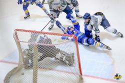第1ピリオド8分、ハルラはパク・ウサン(右から2人目)が先制点を挙げた/photo - Anyang Ice Hockey Club