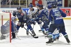 ハルラの攻撃を凌ぐブレイズ守備陣/photo - Tohoku Ice Hockey Club