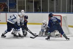 第3ピリオド19分、ブレイズは山田(右)が劇的な決勝ゴールを決める/photo - Tohoku Ice Hockey Club