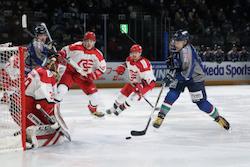 【八戸】イーグルスはGK成澤(左)が度重なるビンチの好守で応え、勝利を呼び寄せた/photo - Tohoku Ice Hockey Club
