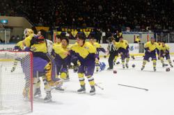 インカレ2連覇を達成して、氷上で喜び合う明治の選手たち