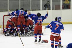 試合終了の瞬間、ベンチを飛び出し優勝の喜びを表す東洋の選手たち